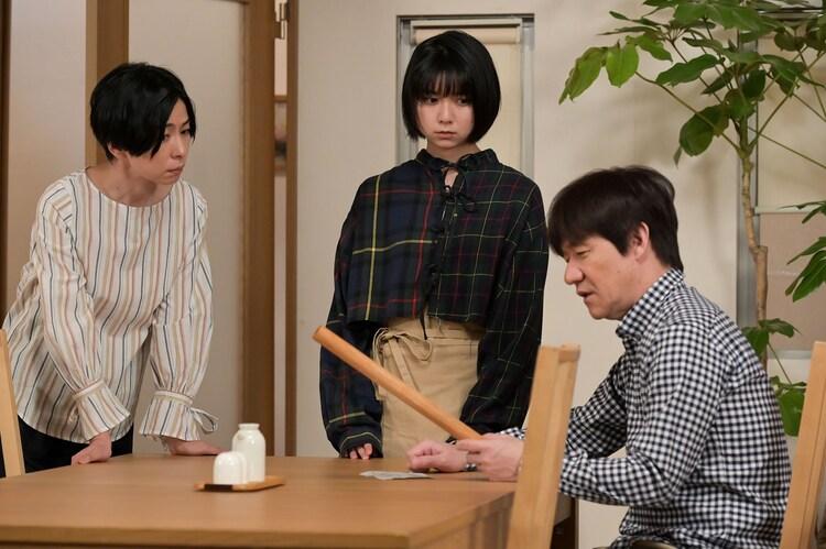 内村光良(右)とコント共演を果たす上白石萌歌(中央)。(c)NHK