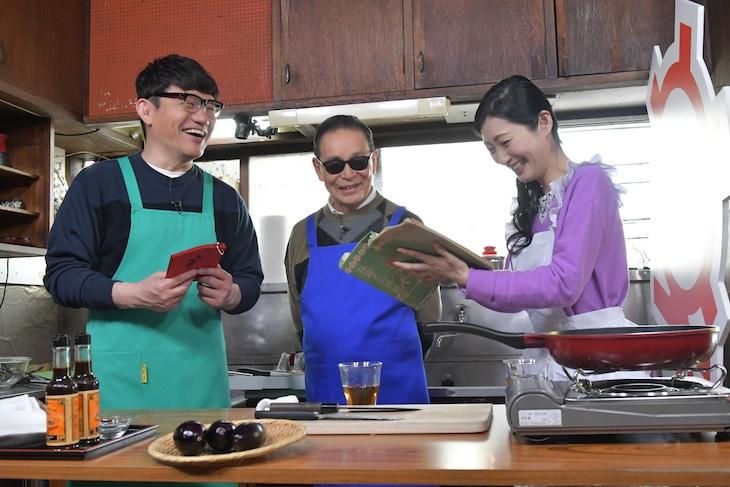 「タモリ倶楽部」に出演する(左から)ずん飯尾、タモリ、壇蜜。(c)テレビ朝日