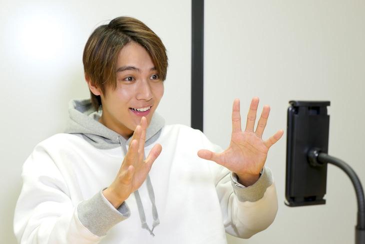 リモートコント撮影に挑戦する中川大志。(c)NHK