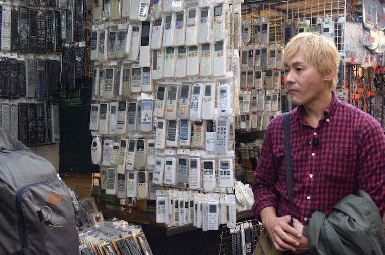「迷宮グルメ 異郷の駅前食堂」で香港のシャムスイポー駅を降り、街を歩くヒロシ。(c)BS朝日