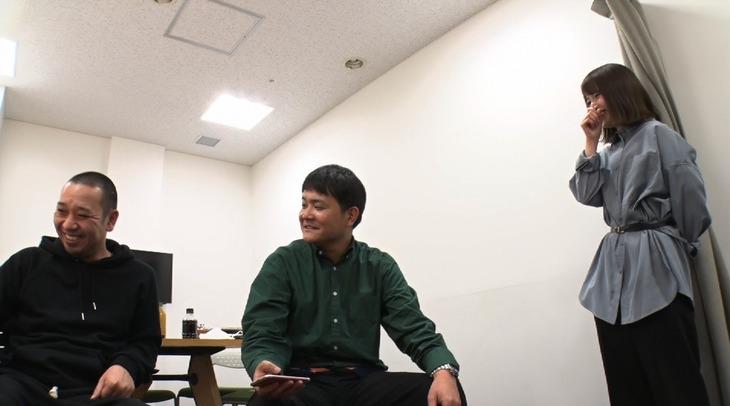 左から千鳥、樺澤まどかマネージャー。(c)日本テレビ