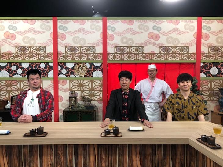 ゲストの野性爆弾くっきー!と小籔千豊(前列左から)。