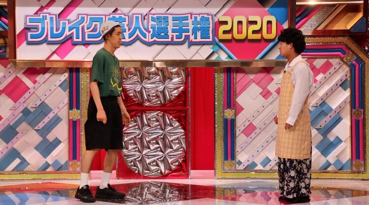 左から四千頭身・都築、四千頭身・後藤。(c)日本テレビ