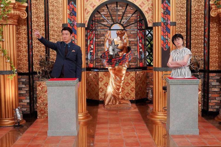 「日本全国!こんな所にスゴイ人 銅像スター調査隊!」MCの加藤浩次(左)、MCアシスタントのオアシズ光浦(右)。(c)東海テレビ