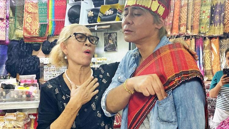 「迷宮グルメ 異郷の駅前食堂」でインドネシアを訪れ、強引なマダムに乗せられて着替えさせられるヒロシ。(c)BS朝日