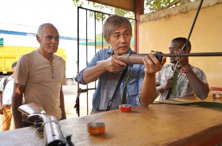 「迷宮グルメ 異郷の駅前食堂」でキューバを訪れ、射撃場で腕試しをするヒロシ。(c)BS朝日