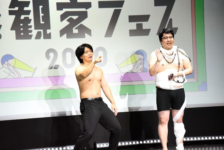 「ざまあ~!」と視聴者を挑発する野田クリスタル(左)と村上(右)。