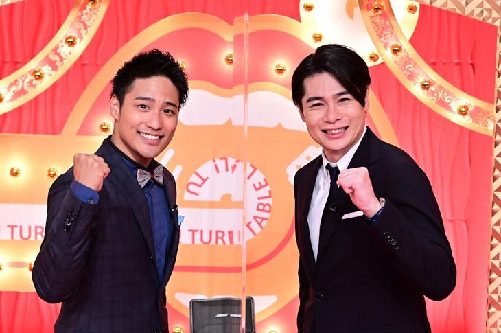 「歌ネタゴングSHOW 爆笑!ターンテーブル」MCの桐山照史(左)と平成ノブシコブシ吉村(右)。(c)TBS