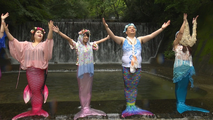 「フットマップ」で人魚姿になるミルクボーイ内海(右から2人目)ら。(c)関西テレビ