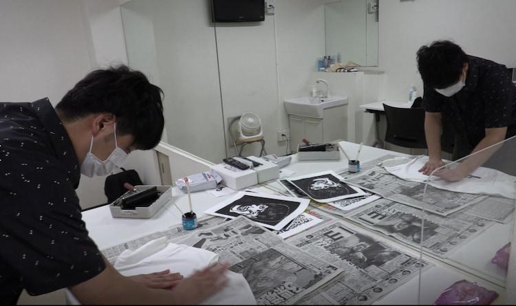 「ヤシキ版画展2020」グッズを制作するニューヨーク屋敷。