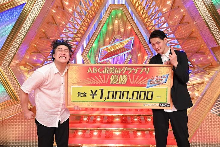 「第41回ABCお笑いグランプリ」で優勝したコウテイ。左から、下田真生、九条ジョー。(c)ABCテレビ