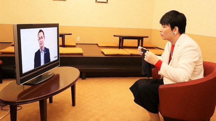 社員の話を聞くMr.シャチホコ。(c)NHK