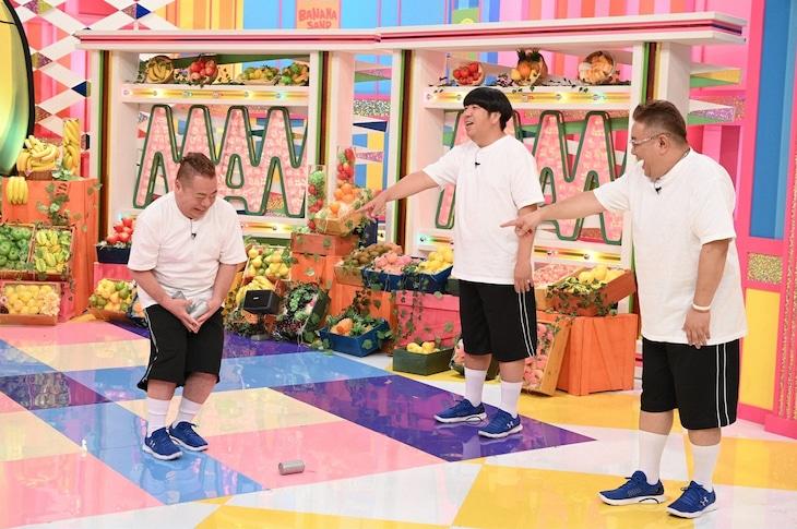 「バナナサンド」で「ノーリアクション対決」に挑む(左から)出川哲朗、バナナマン日村、サンドウィッチマン伊達。(c)TBS