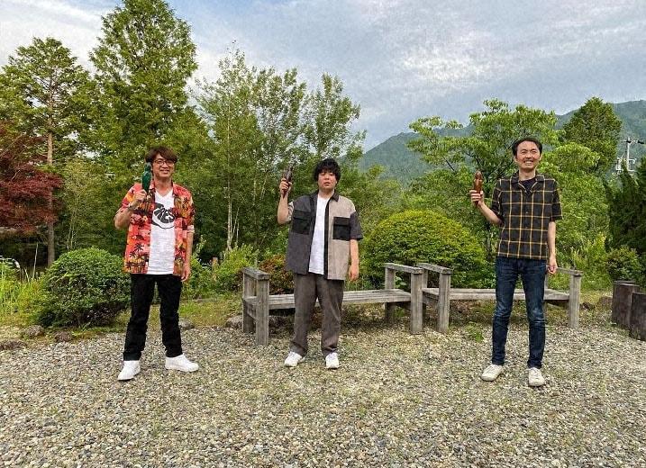 岐阜県東白川村を訪れる(左から)さまぁ~ず大竹、宮下草薙・草薙、アンガールズ田中。