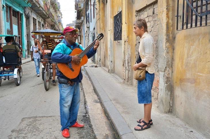 「迷宮グルメ 異郷の駅前食堂」でキューバを訪れ、街で出会ったミュージシャンに誘われて即興のセッションを繰り広げることになったヒロシ(右)。(c)BS朝日