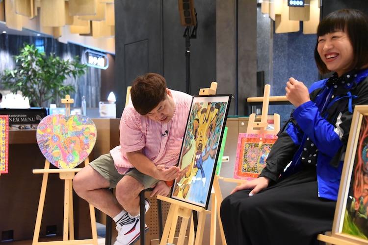 自身の作品のこだわりを語るプラス・マイナス岩橋(左)。