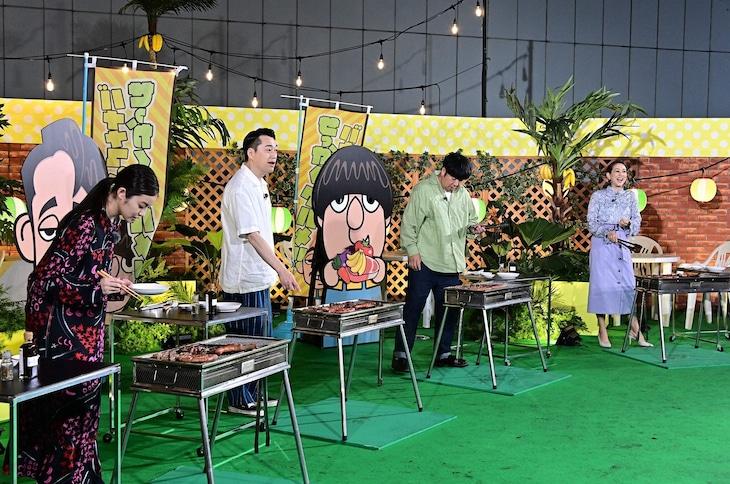 「バナナマンのせっかくグルメ!!」でスタジオを飛び出す(左から)今田美桜、バナナマン、SHELLY。(c)TBS