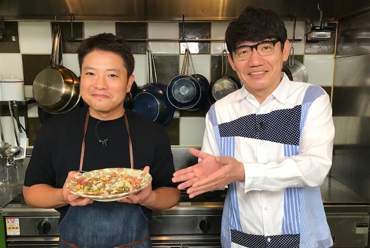 「火曜ドラマ『私の家政夫ナギサさん』」のスペシャル動画「栗原心平のナギごはん」に出演する料理家・栗原心平(左)とゲストのずん飯尾。(c)TBS