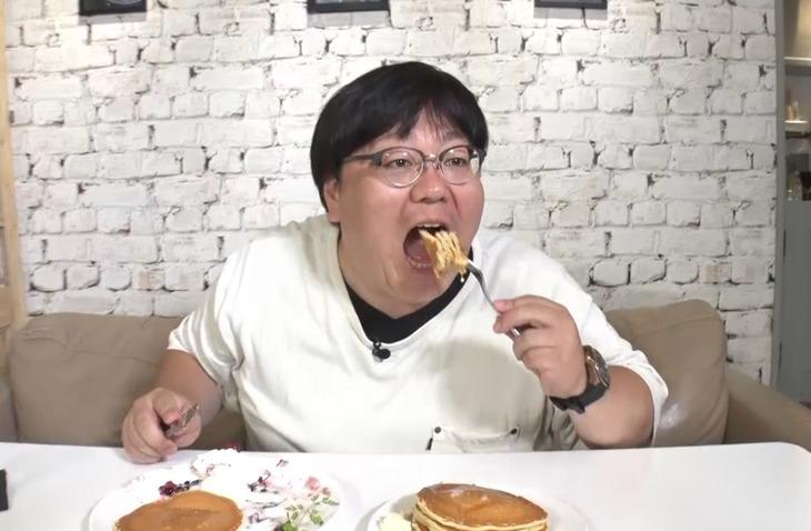 「それって!?実際どうなの課」でパンケーキのおかわり日本一に挑戦するタイムマシーン3号・関。(c)中京テレビ