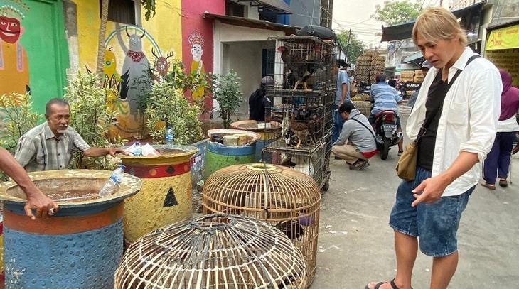 「迷宮グルメ 異郷の駅前食堂」でインドネシアの露天を訪れるヒロシ。(c)BS朝日