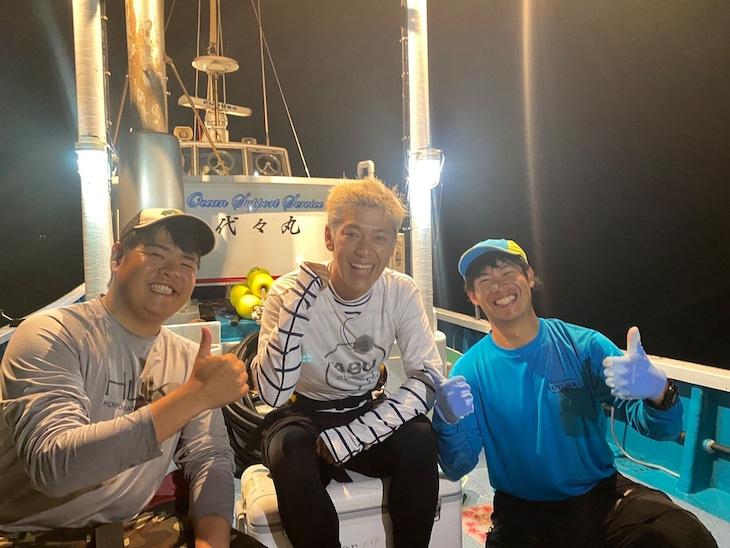 巨大魚・イシナギとバラムツに挑んだロンドンブーツ1号2号・田村亮(中央)。(c)テレビ東京