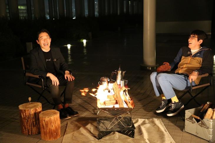「石橋、薪を焚べる」に出演する(左から)オリエンタルラジオ中田、石橋貴明。(c)フジテレビ