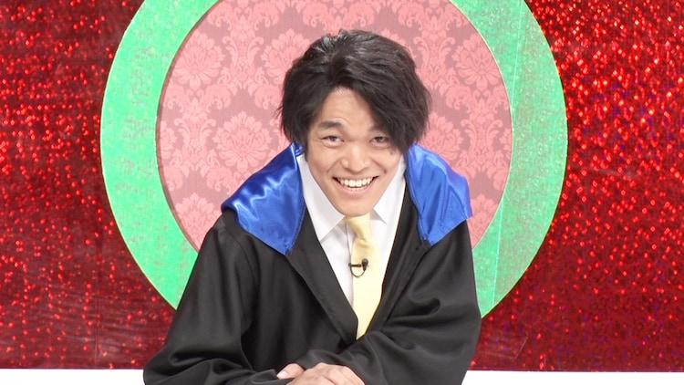 クイズ王・伊沢拓司のパロディキャラを演じるマカロン前嶋。(c)フジテレビ