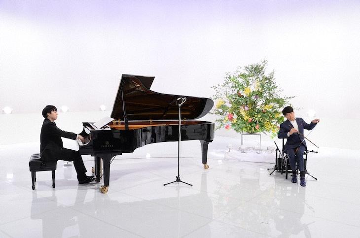 「題名のない音楽会」に出演する、ピアノの藤田真央(左)とミュージカルソーのサキタハヂメ(右)。(c)テレビ朝日