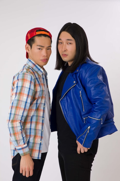 「ミュージックトゥナイト」のMC役を務めるかが屋。(c)2020 戦国炒飯TV