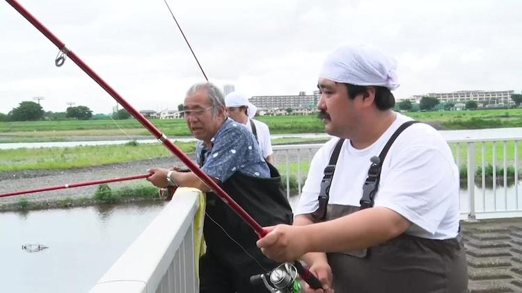 多摩川で外来生物を捕獲するロケに挑戦する空気階段ら。
