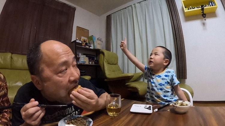 マキタスポーツの食事タイムはいつも大騒ぎ。(c)NHK