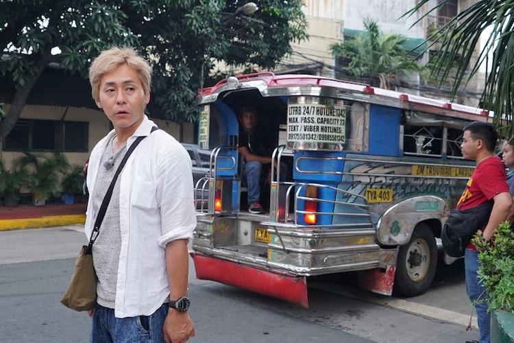 「迷宮グルメ 異郷の駅前食堂」でフィリピンを訪れ、乗り合いバス・ジープニーに乗車するヒロシ。(c)BS朝日