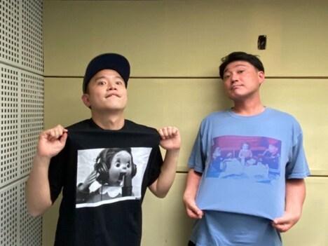 ふくちゃんTシャツを着るゾフィー上田(左)とおしゃスタTシャツを着るサイトウ(右)。