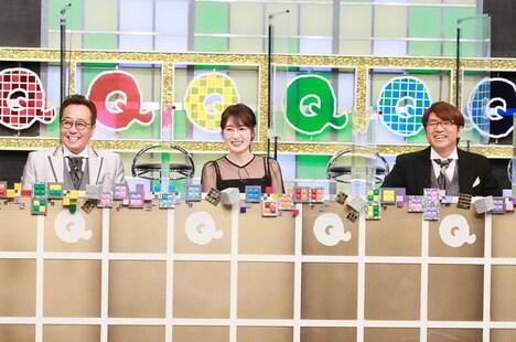 「Qさま!!」MCのさまぁ~ずと高山一実(中央)。(c)テレビ朝日