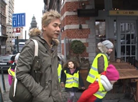「迷宮グルメ 異郷の駅前食堂」でベルギーを訪れ、園児の行列に紛れ込んでカメラマンとはぐれるヒロシ。(c)BS朝日