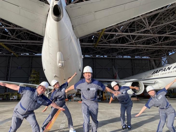 「同じもの好きなヤツら」で羽田空港を訪れるカンニング竹山(左端)、ロッチ中岡(右から2人目)ら。(c)TBS