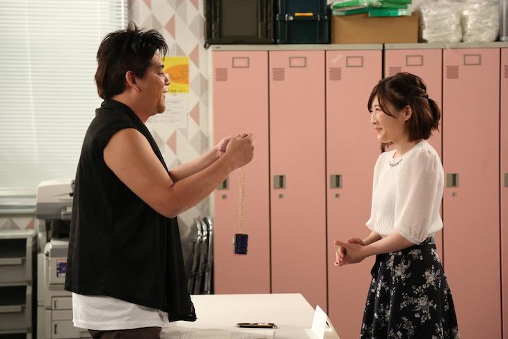 T.T. Parkに扮するサンドウィッチマン富澤(左)と伊藤沙莉(右)。