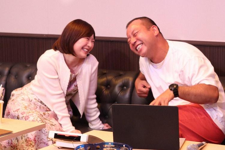バイきんぐ西村(右)と恋人同士を演じる伊藤沙莉(左)。