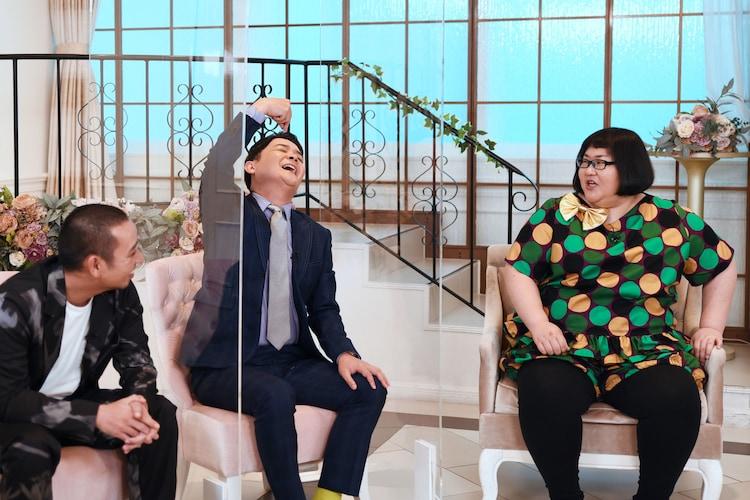 「なんでこの人と結婚したんですか?」に出演する(左から)千鳥、メイプル超合金・安藤なつ。(c)フジテレビ