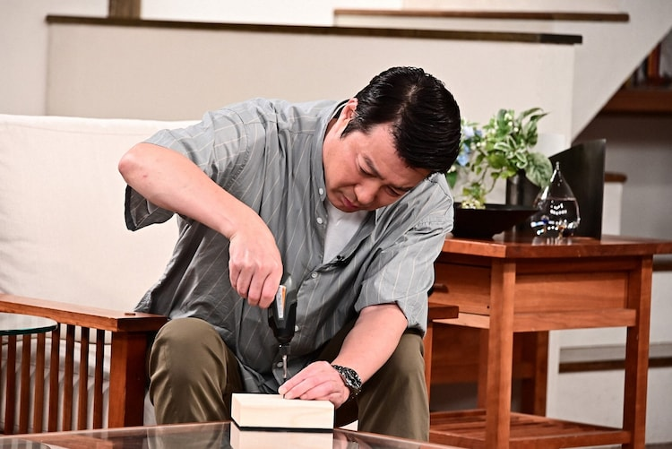 DIYの道具を操る加藤浩次。(c)TBS