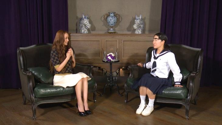 「世界の果てまでイッテQ!」で対面した(左から)安室奈美恵、イモトアヤコ。
