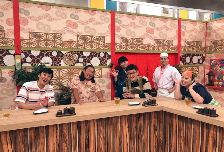 ゲストのロバートと渡辺直美(手前左から)。