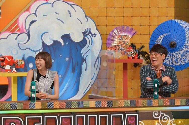 左から武田玲奈、古坂大魔王。(c)読売テレビ