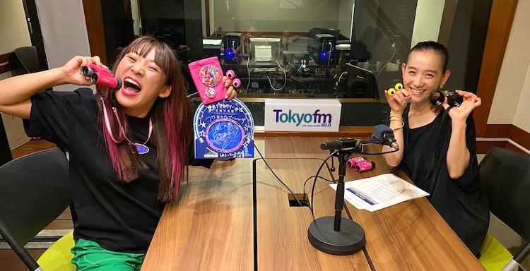 左からフワちゃん、篠原ともえ。
