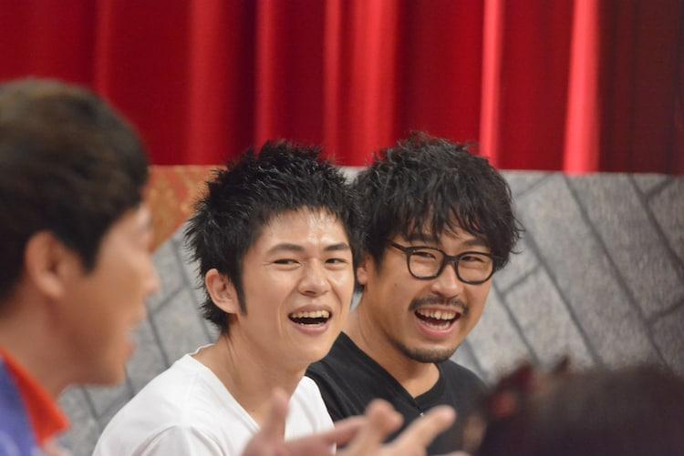 左からヤマサキセイヤ、ヨコタシンノスケ(キュウソネコカミ)。 (c)読売テレビ