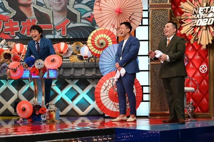 ミルクボーイ風のコラボ漫才を見守る(左から)千原ジュニア、ミルクボーイ。(c)ABCテレビ