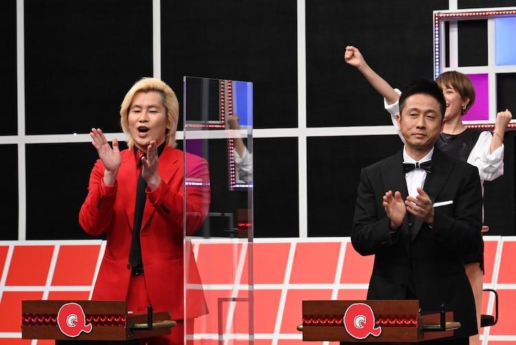 (手前左から)メイプル超合金カズレーザー、ロザン宇治原。(c)テレビ朝日