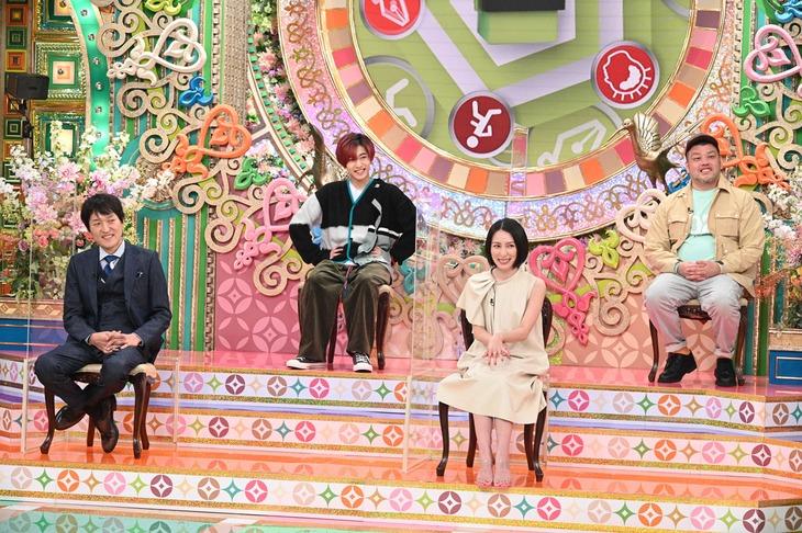丸シールアートに挑戦した(左から)千原ジュニア、中村嶺亜、奥菜恵、野性爆弾くっきー!。