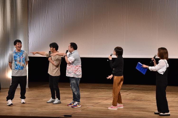 ライブのオープニングにマイクも持たずに登場してドランクドラゴンやオアシズに注意される、おぎやはぎ小木(左端)。