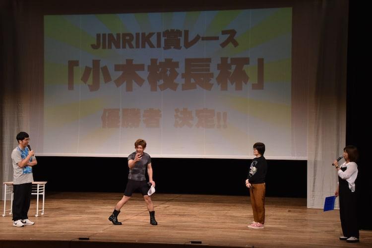 「ハイスクール人力舎~秋の学園祭ライブ~」の「JINRIKI賞レース『小木校長杯』」で優勝した肉体戦士ギガ(左から2人目)と、おぎやはぎ小木(左)、オアシズ(右)。